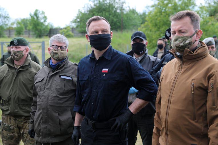 De Poolse president Andrzej Duda (in het midden) tijdens een bezoek aan het leger. Hij is favoriet om deze zomer namens PiS herkozen te worden als president. Beeld EPA