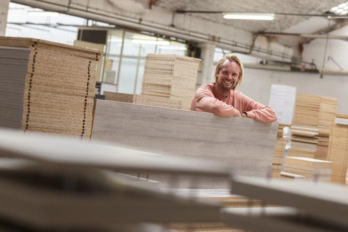 Andrew Vafi in een meubelfabriek in Etten-Leur waar de eigen lijn van BEUK vervaardigd wordt.