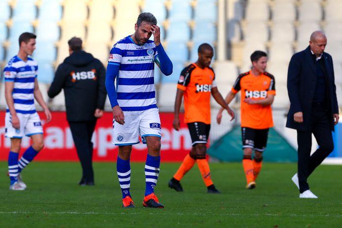 Ralf Seuntjens stapt teleurgesteld het veld af na de nederlaag van De Graafschap tegen Volendam.
