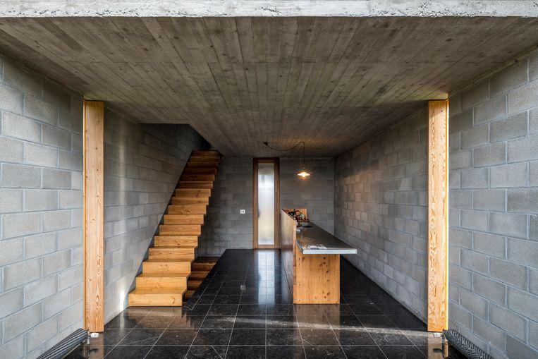 Aan weerszijden van de keuken vallen de smalle verticale ramen op die je kunt afsluiten met een houten luik.  Beeld Luc Roymans