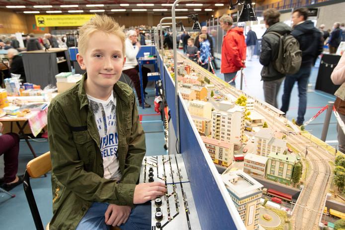 """Jorn Wiersma(11) bij de spoorbaan waar hij samen met zijn vader aan werkt.  Zijn vader: ,, Ik prijs me gelukkig dat Jorn er zoveel plezier in heeft. Ik laat hem ook gewoon z'n gang gaan, dingen aan elkaar maken waarvan ik dan soms denk: wat een fantasie."""""""