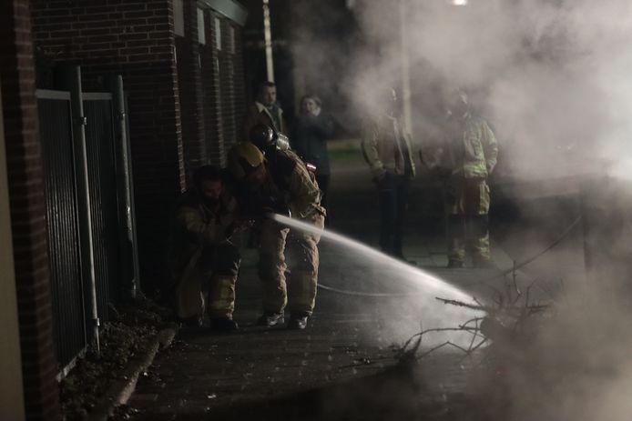 De brandweer wist de brandende stapel kerstbomen aan de Kersenstraat snel te blussen.