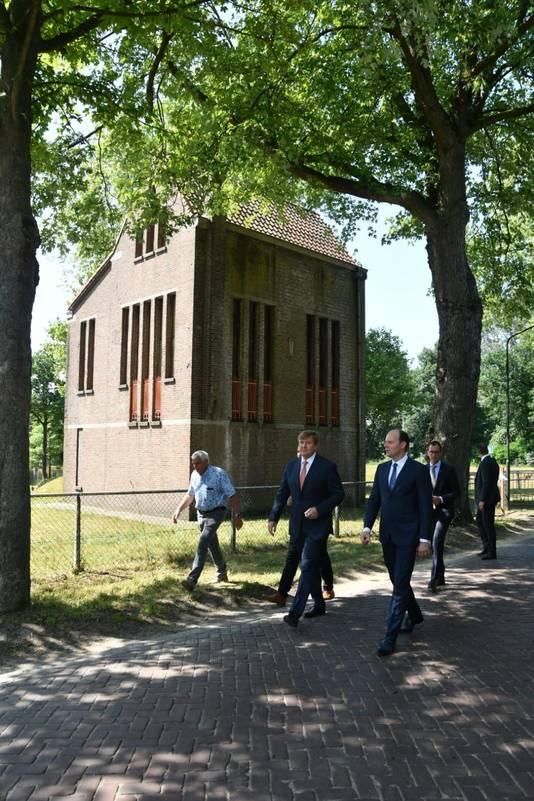 Koning Willem-Alexander met burgemeester Ryan Palmen bij Pomphuis Haghorst.