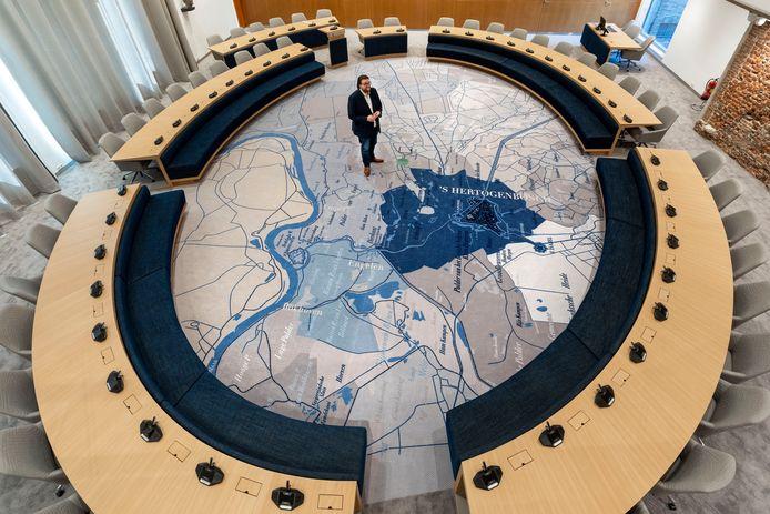 De gerenoveerde raadszaal in het bestuurscentrum van Den Bosch. Voorzitter Ralph Geers(VVD) van het dagelijks bestuur van alle partijen in de raad op de plattegrond van Den Bosch er omliggende gemeenten rond 1860.