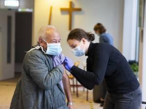 Studenten verpleegkunde gaan 4.000 mensen vaccineren tegen griep om druk op huisartsen te verminderen
