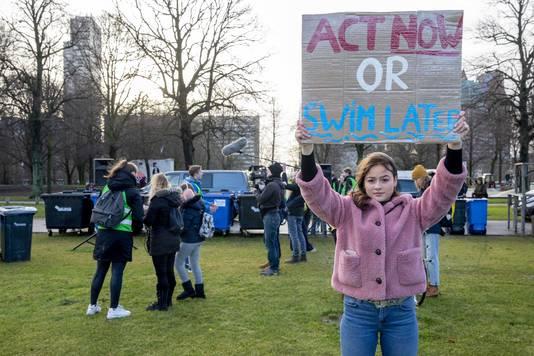 Jongeren bereiden zich op het Malieveld voor om actie te voeren. De leden van Youth Climate nemen deel aan de leerlingendemonstratie tegen klimaatverandering.