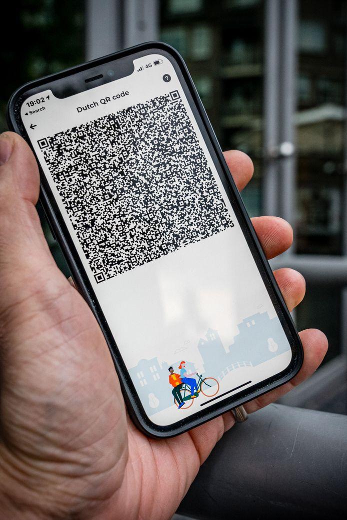 Een telefoon met een QR-code in de Coronacheck app.