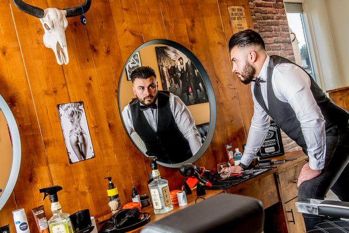 Ali Hammoud in zijn barbershop.