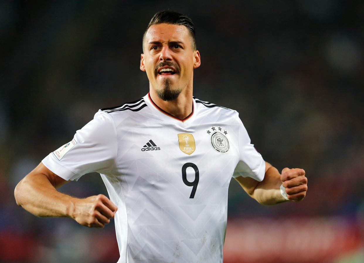 Sandro Wagner juicht na zijn goal voor Duitsland.