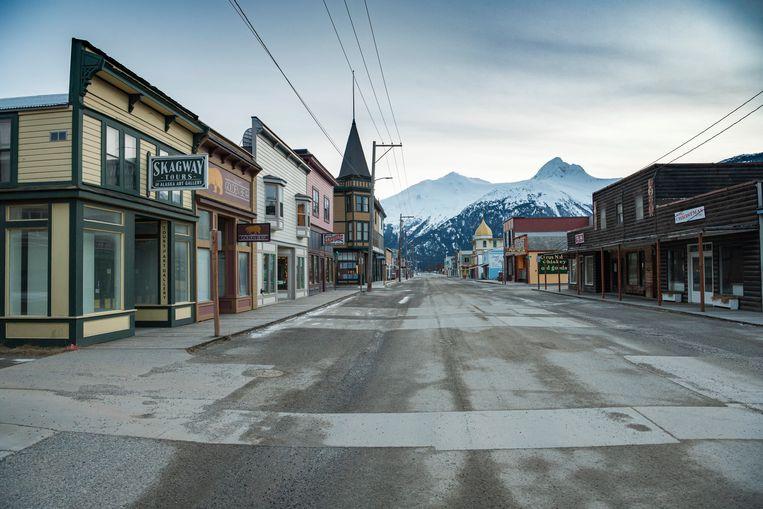 Het verlaten centrum van Skagway in Alaska. Toerisme is hier de enige bron van inkomsten. Het stemmige goudzoekersdorp van weleer is een spookstadje geworden. In een jaar tijd meerden hier exact nul cruiseschepen aan.  Beeld NYT