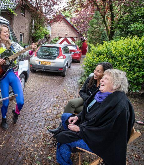 Sharon verrast schoonmoeder met cabaretduo Maartje & Kine die deurmatconcert geven: 'Doet me heel goed'