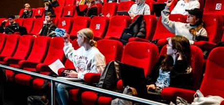 Middelbare scholieren terug naar school; les in de bioscoop, lege showroom of hotelzaal