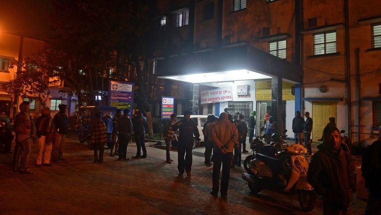 Inwoners van Siliguri komen samen bij het plaatselijke ziekenhuis waar de gewonden worden binnengebracht. Beeld afp