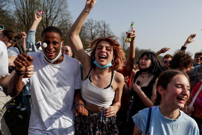 Voor 'La Boum' op 1 april daagden flink wat feestvierders op in het Ter Kamerenbos.