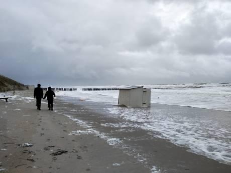 Storm in Zeeland: tientallen strandhuisjes weggeblazen, bijna 200 meldingen van schade