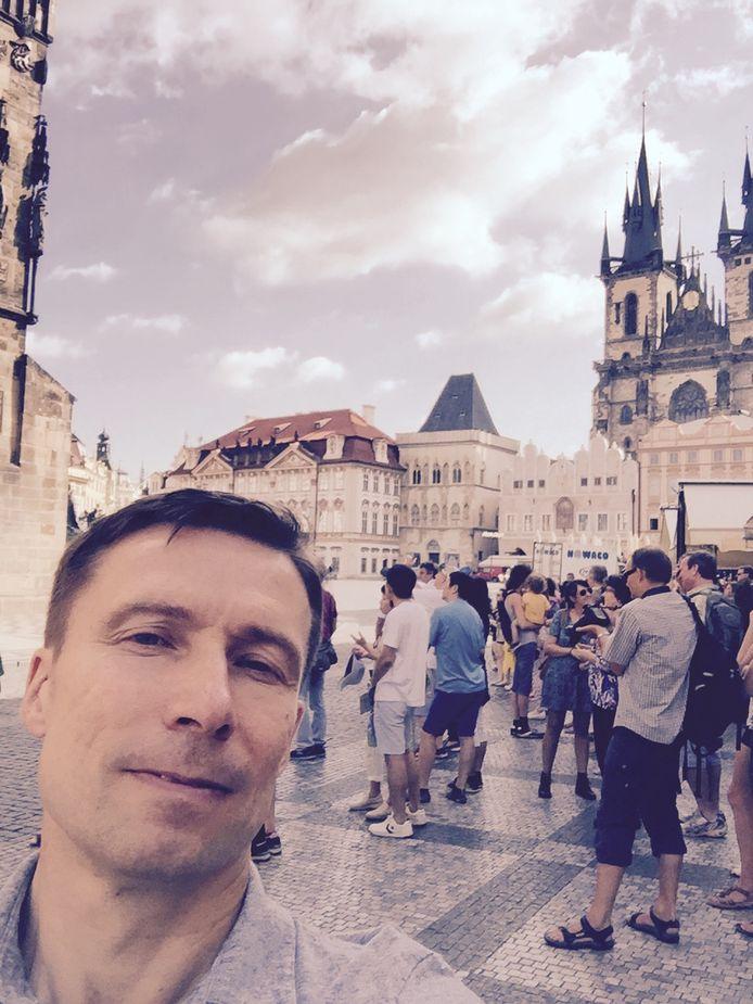"""Ronald van Deelen uit Huissen woont tegenwoordig in Tsjechië. ,,Helaas heeft het toerisme in Praag flinke klappen opgelopen. Veel restaurants en andere toeristische bedrijven zijn failliet gegaan."""""""
