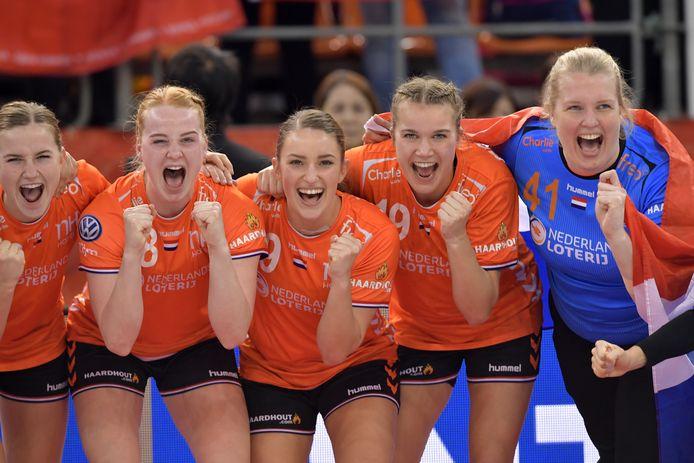 Annick Lipman (r) vierde met Oranje in 2019 de wereldtitel in Japan. Verder (vlnr): Bo van Wetering, Dione Housheer, Larissa Nusser en Merel Freriks.