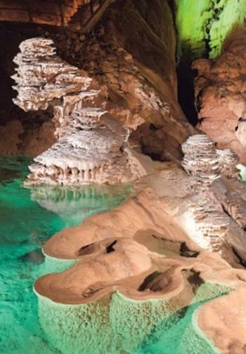 Met bootjes door de grotten: dit lijkt wel Venetië ondergronds.