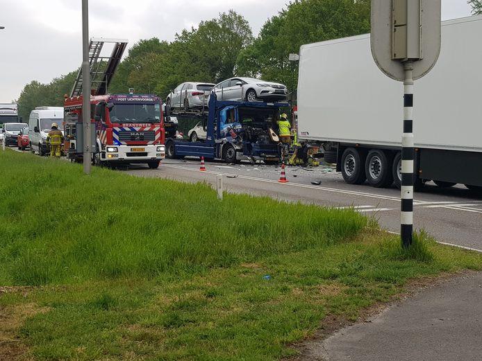 Door nog onbekende oorzaak botste een vrachtwagen geladen met auto's op zijn voorganger.
