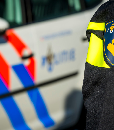 Jonge bromfietser rijdt agent van zijn motor in Heerlen