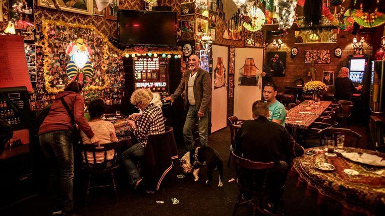 Café Ruk & Pluk in Oost is een van de tien buurtkroegen die met deze crowdfunding wordt gesteund.  Beeld Rink Hof