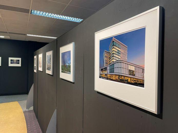 Ook het stadhuis is in volle glorie te zien op de expositie over Architectuur in Almelo