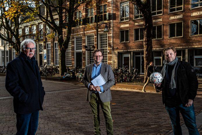 Matty Verkamman (links), eigenaar Arjen Lagerweij en Jakob Lagerweij bij een eerder bezoek van Verkamman aan de voormalige bibliotheek op de Brink in Deventer