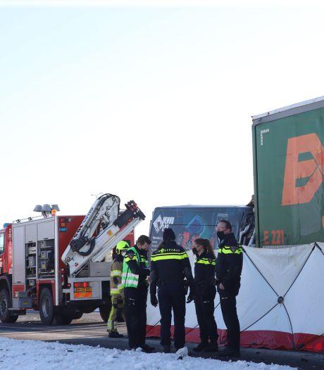 57-jarige man uit Vught komt om bij botsing tussen vrachtwagen en bestelauto op A15