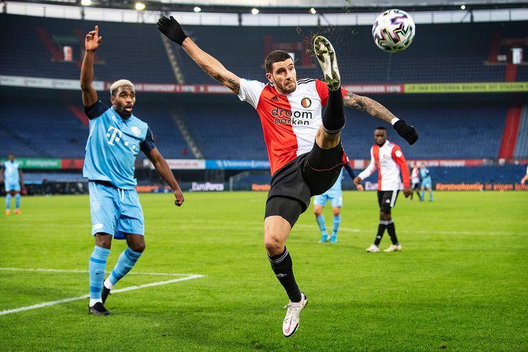Marcos Senesi (Feyenoord) gaat tot het uiterste. Beeld Guus Dubbelman / de Volkskrant