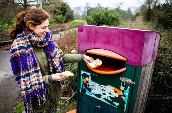Bij de ingang van het Weizigtpark in Dordrecht staat al een bak waar mensen brood in kunnen dumpen.