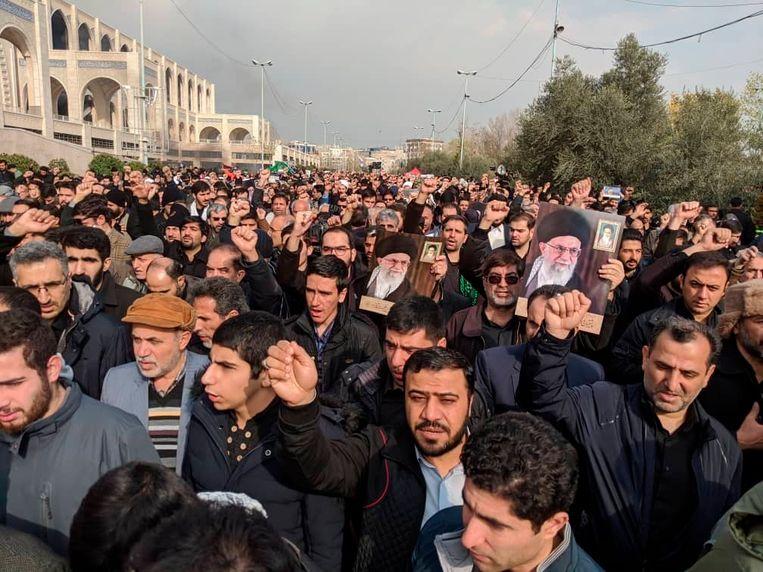 Protest in Teheran tegen de droneaanval waarbij donderdagnacht generaal Qassem Soleimani omkwam.  Beeld AP