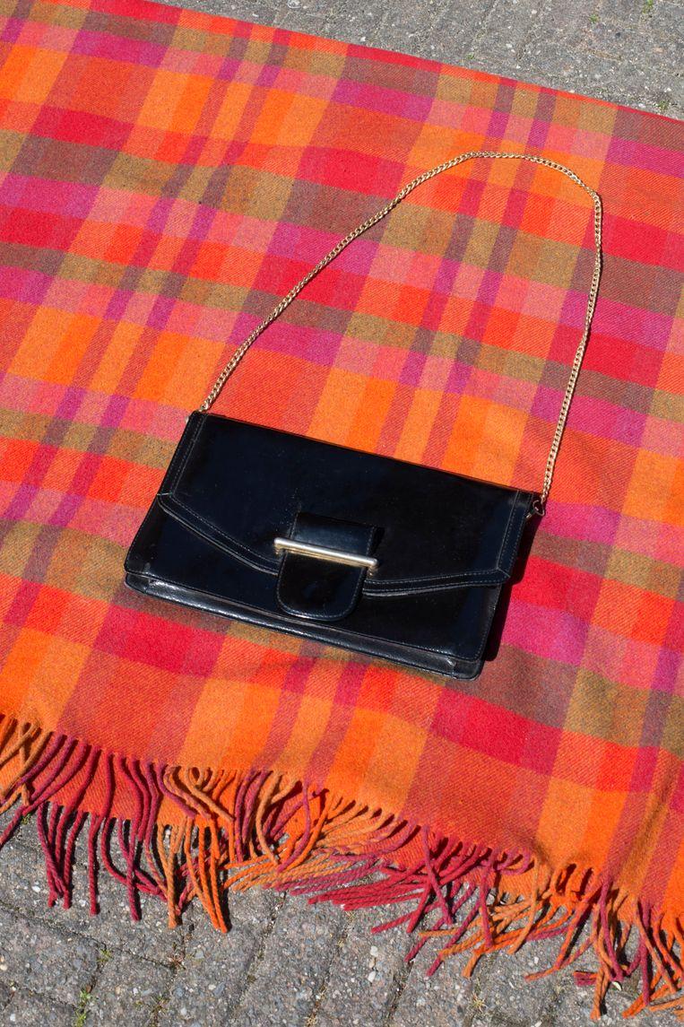 Topstuk: vintage handtas uit Parijs (vraagprijs: 7,50 euro). Beeld Annabel Miedema