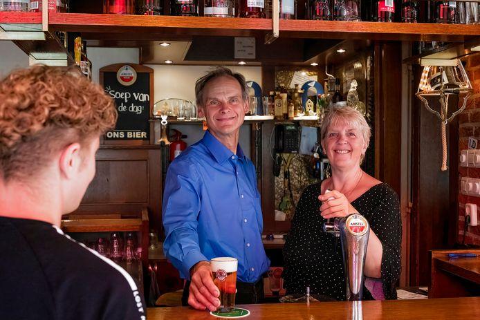 Sjaak Keijzer en zijn vrouw van Cafe Keijzer in Leimuiden