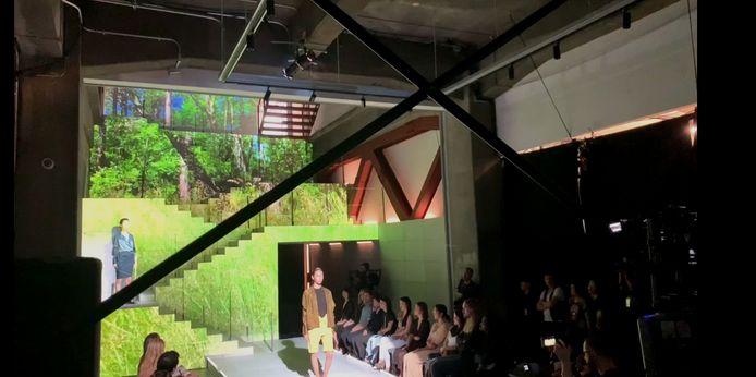 Een stukje Schouwse bos op de achtergrond in de Japanse Amazon Fashion Studio.