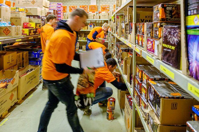 Bij de Utrechtse vuurwerkverkoper Koningsdal zijn ze al vroeg in de weer met het klaarmaken van de bestellingen