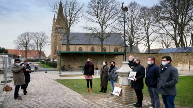 """500 jaar oude torenspits krijgt een monument in de schaduw van de kerk van Zuidschote: """"De steen is opnieuw thuis"""""""