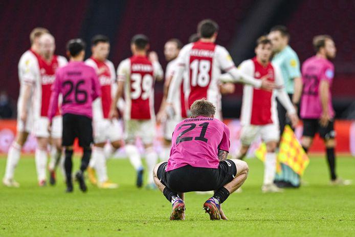 Django Warmerdam (rugnummer 21) baalt na de verloren bekerwedstrijd tegen Ajax, op 16 december vorig jaar.