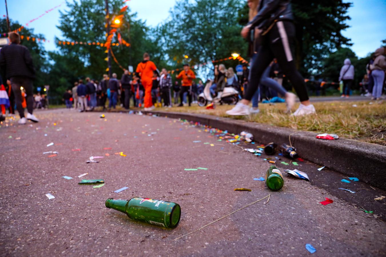 De feestvierders laten wel hun sporen na op de rotonde in Apeldoorn.