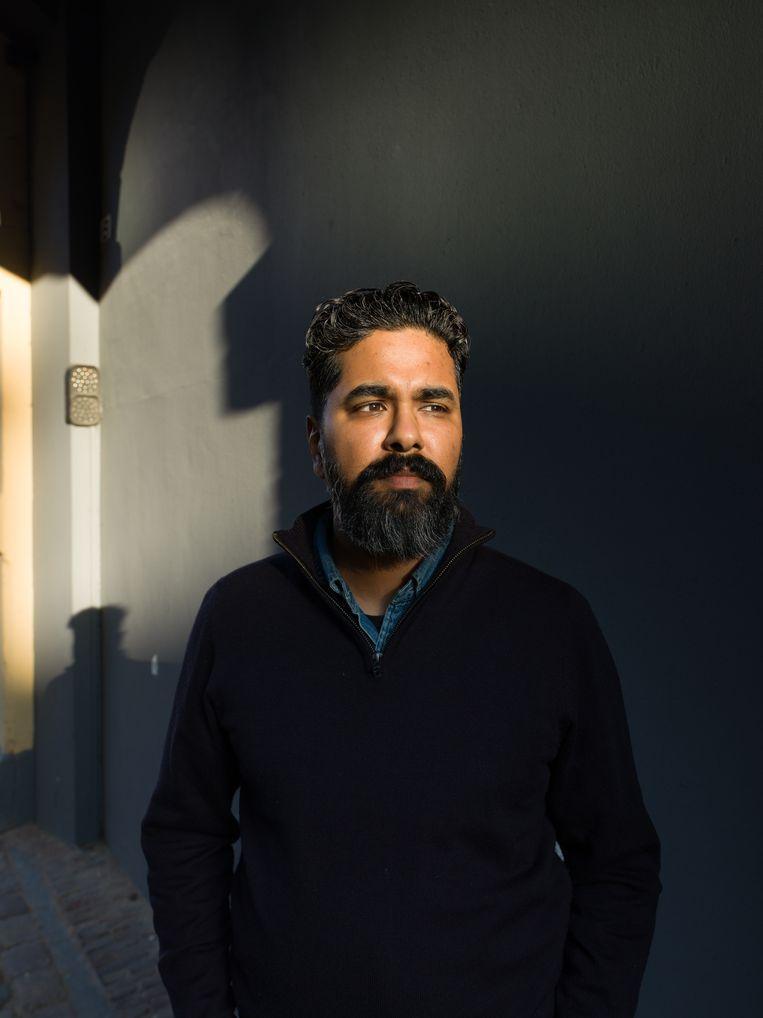 Avinash Bhikhie: 'Ik sprak ooit een collega die zei dat hij wel degelijk zijn verslaggeving heeft aangepast sinds Fortuyn.' Beeld Ivo van der Bent