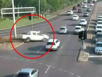 Vrouw verliest controle over stuur en stuift 9 rijvakken over zonder iets te raken