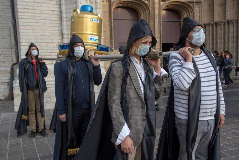 De Processie in Gent is de start van het artistiek project van theatermaker Chokri Ben Chikha en Action Zoo Humain. Ze droegen zaad en eicellen door Gent