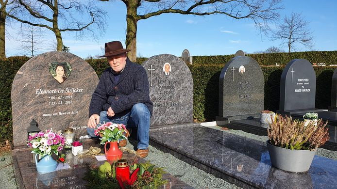 Wilfried De Strijcker aan het graf van zijn dochter Eleanore.