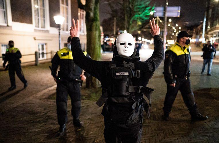 Een demonstrant in de buurt van het Torentje nadat premier Rutte daar een toespraak heeft gehouden over de nieuwe coronamaatregelen. Beeld  Freek van den Bergh / de Volkskrant