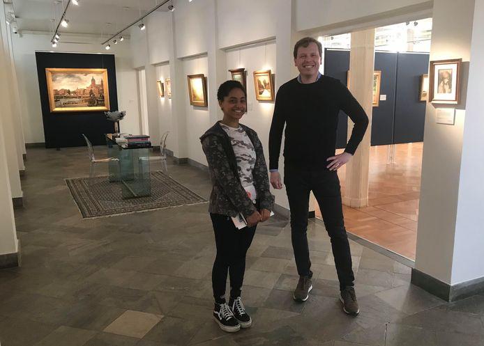 Studente Angelina Zweemer met veilingmeester Mark Smit.