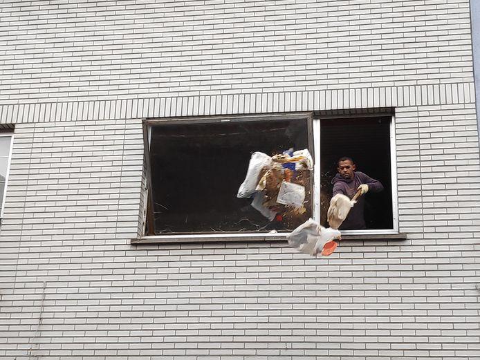 Het vuilnis voor het raam is intussen verdwenen.