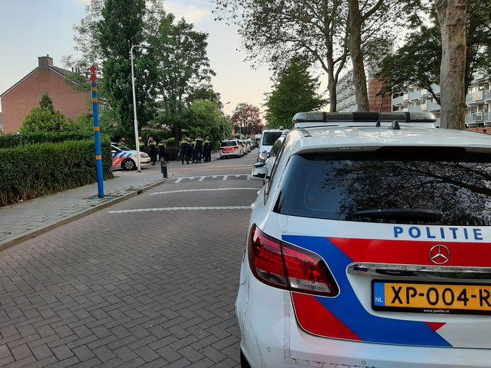 De politie is massaal aanwezig in de wijk.