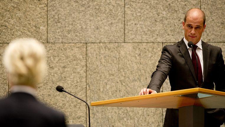 PvdA-fractievoorzitter Diederik Samsom luistert naar PVV-leider Geert Wilders tijdens de Algemene Politieke Beschouwingen in de Tweede Kamer. Beeld anp