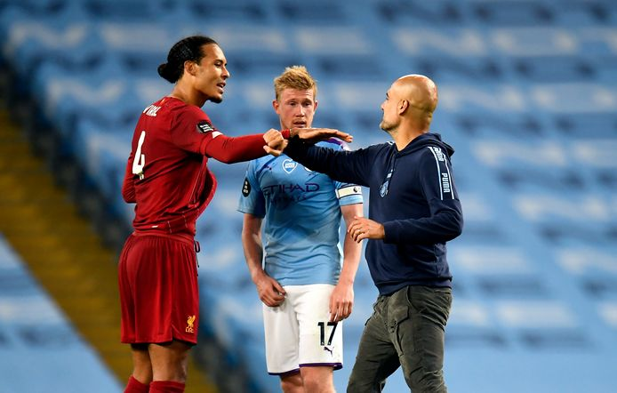 Virgil van Dijk begroet Pep Guardiola. In het midden Kevin De Bruyne.