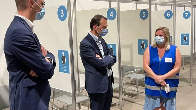 Ministers bezoeken vaccinatiecentrum en steken vrijwilligers hart onder de riem