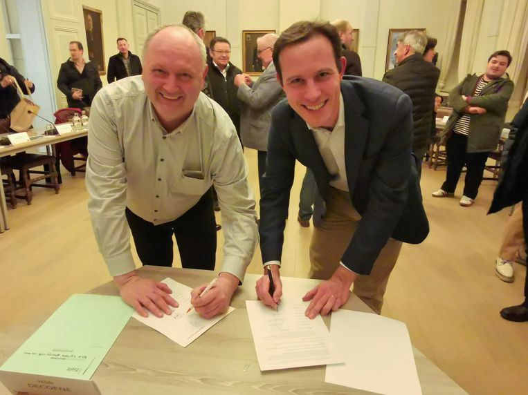 Henk Mauws (N-VA) en Simon Bekaert (sp.a) ondertekenen de motie.